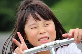 Vサインをする女の子の写真・画像素材[3063839]