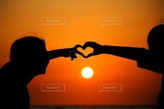 夕日とハートのシルエットの写真・画像素材[3303022]