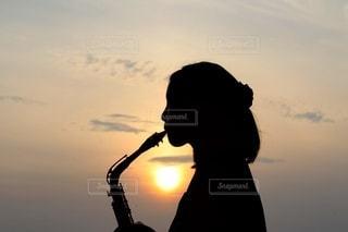サックスを吹く少女の写真・画像素材[3508242]