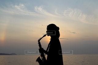 サックスを吹く少女の写真・画像素材[3508243]