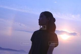 夕日と虹と少女の写真・画像素材[3508317]