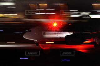 夜の飛行機の写真・画像素材[4265783]