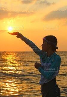 手のひらに太陽の写真・画像素材[4631080]