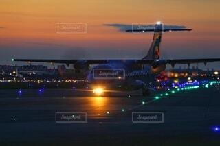 夜間飛行に向かう飛行機の写真・画像素材[4765273]
