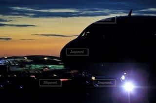 夜間飛行に向かう飛行機の写真・画像素材[4770718]