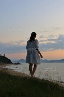 夕陽と少女の後ろ姿の写真・画像素材[4830881]