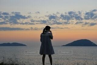 夕方の海と少女の写真・画像素材[4830880]