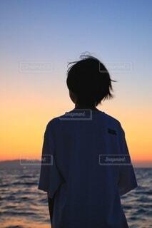 少女の後ろ姿の写真・画像素材[4895569]