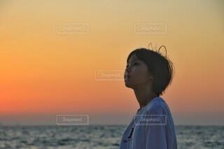 海と少女の横顔の写真・画像素材[4895570]