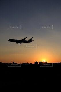 夕陽とヒコーキの写真・画像素材[4914967]