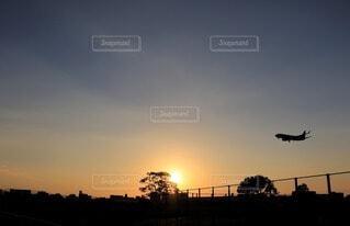 夕陽とヒコーキのシルエットの写真・画像素材[4914968]