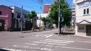 通りの脇に座っている信号機の写真・画像素材[2416872]