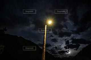 田舎風景の中にある街灯の写真・画像素材[2311293]