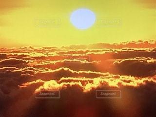 初日出、空に雲の群しをするの写真・画像素材[2311438]