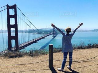 橋の上に立っている人の写真・画像素材[2509287]