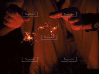 線香花火を持つの写真・画像素材[2316289]