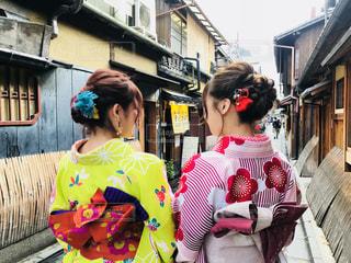 建物の前に立っている着物姿の2人の写真・画像素材[2319385]