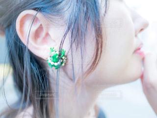 緑のイヤリングをした女性の横顔の写真・画像素材[2505050]