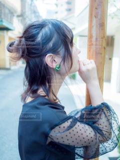 道で考えている女性の横顔の写真・画像素材[2505051]