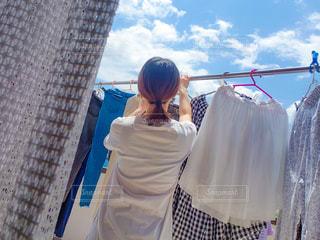 洗濯を干す女性の写真・画像素材[3390760]