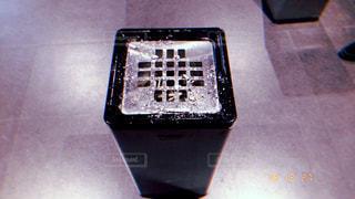 テーブルの上に座っているラップトップコンピュータ喫煙所灰皿の写真・画像素材[2321927]