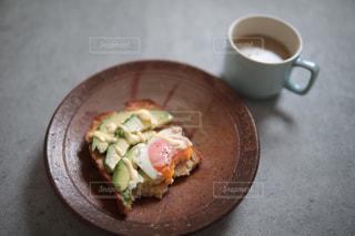 食べ物の皿とコーヒー1杯の写真・画像素材[3121081]