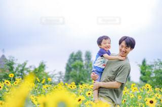 ひまわりと笑顔の親子の写真・画像素材[2321719]