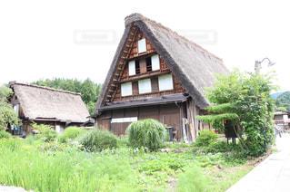 白川を背景に背景に木々が植えた家の写真・画像素材[2321868]