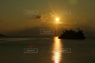 水の体の上の夕日の写真・画像素材[2323499]