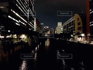 夜の街の眺めの写真・画像素材[2345032]