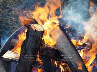 焚き火のアップの写真・画像素材[2885975]