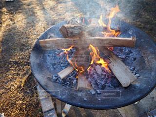 焚き火台でたく暖かい火の写真・画像素材[2885976]