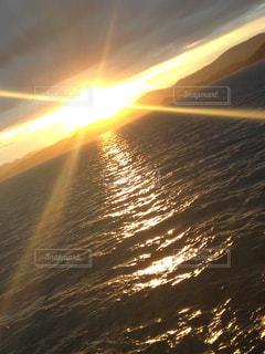 水平線の夕日の写真・画像素材[2324319]