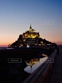 水辺に映るMont-Saint-Michelの写真・画像素材[2326915]
