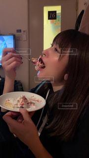 フォークとナイフで皿を持った女性の写真・画像素材[2329465]