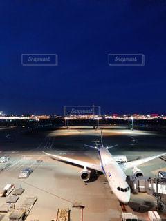 夜の空港の写真・画像素材[2355946]