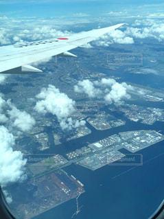空を飛ぶ大きな飛行機の写真・画像素材[2372085]
