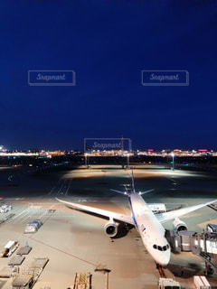 空港の滑走路上の大型飛行機の写真・画像素材[2430567]