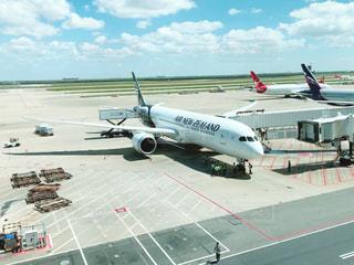 空港の駐機場に座っている飛行機の写真・画像素材[2510859]