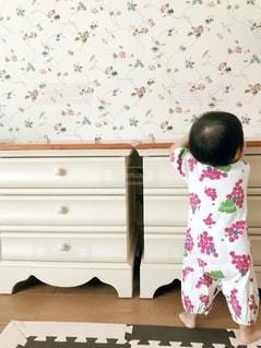 部屋に立っている小さな女の子の写真・画像素材[2736223]
