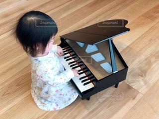 ピアノと小さな女の子の写真・画像素材[3165592]