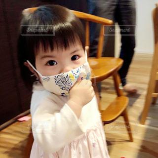 赤ちゃんとマスクの写真・画像素材[3208877]