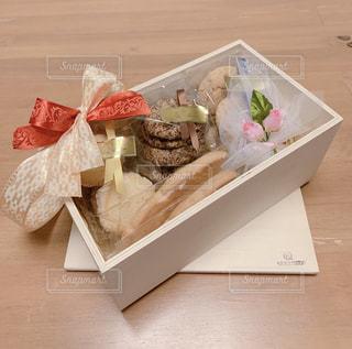 木箱に入ったクッキーの写真・画像素材[2332652]
