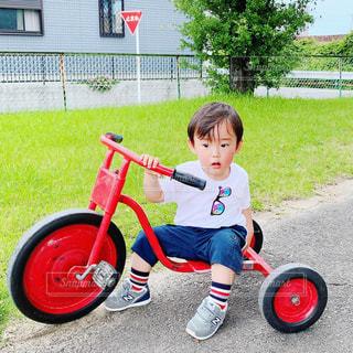 男の子と三輪車の写真・画像素材[2396645]