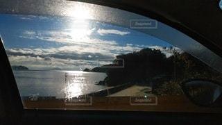 車の窓の外の海の写真・画像素材[2326261]