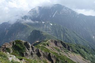背景にある大きな山の眺めの写真・画像素材[2327939]
