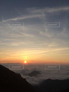 水の体の上の夕日の写真・画像素材[2327941]