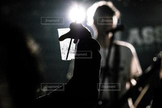 暗い部屋にいる人の写真・画像素材[2329390]