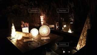夜に点灯するランプの写真・画像素材[2327664]
