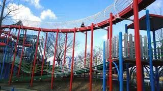 フェンスの前の大きな赤い椅子の写真・画像素材[2327670]